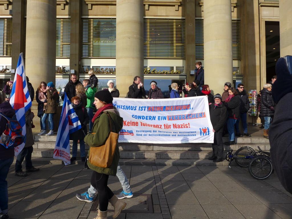 demonstrieren gegen Rassismus und Gewalt auf dem Schlossplatz in Stuttgart am 16.1.2016